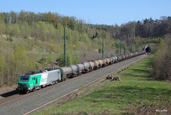 akiem 437026 verlässt am 16. April 2019 den Schlüchterner Tunnel.