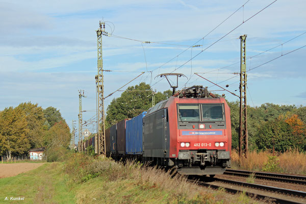 """482 013 """"Alpäzähmer"""" von SBB Cargo ist am 05. Oktober 2017 bei Bischofsheim unterwegs."""