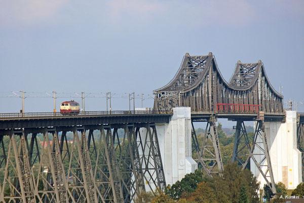 Keine 10 Minuten vor Ort, schon rollt als erstes ausgerechnet 218 105 auf die Rendsburger Hochbrücke und sorgt für Freude beim Fotografen (22. September 2017).