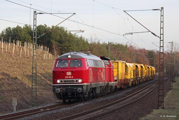 218 155 der NeSa bringt am 13. Februar 2019 gemeinsam mit V 100 2335 als Zug DbZ 42789 einige Baumaschinen Richtung Norden, hier kurz vorm Abzweig Rauschwald.
