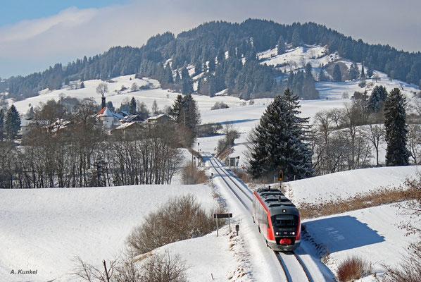 Auf der Außerfernbahn fährt 642 713 am 3. Januar 2017 als RB 5481 nach Reutte in Tirol. Wertach-Haslach liegt nun hinter dem Zug, nächster Bedarfshalt: Maria Rain.
