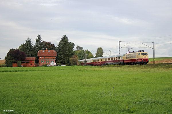 103 113 des DB Museums fährt am 07. Oktober 2017 mit TEE 5464 von Kassel nach Darmstadt-Kranichstein. Auf ihrem Weg kommt sie auch durch Ostheim bei Bruchköbel.