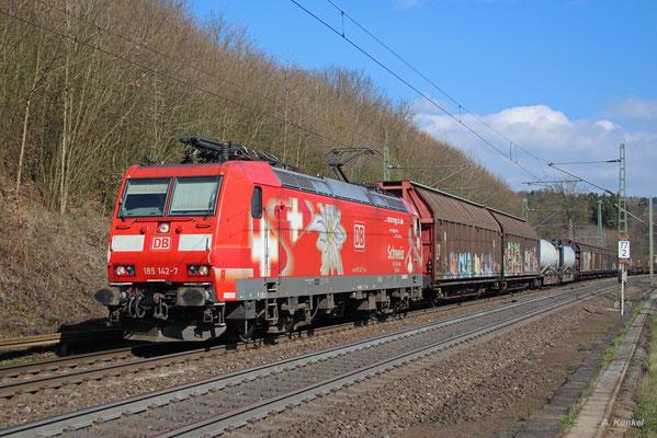 """185 142 im Edelweiß-Look (""""DB Cargo unterwegs in der Schweiz"""") mit einem gemischten Güterzug am 30. März 2017 bei Schlüchtern."""