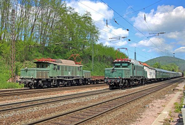 194 158 von Rail4u rollt am 25. Mai 2017 in Laufach mit einem Fotogüterzug ein, während E94 088 einen von 01 118 geführten Sonderzug nachschiebt.