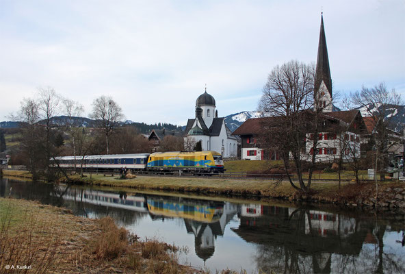 223 013 schiebt am 3. Januar 2020 den ALX 84136 durch Fischen im Allgäu.