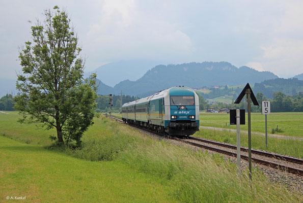 Die 223 070 durchfährt mit ihrem Alex gleich den Bahnhof von Altstädten im Allgäu (21. Juni 2019).