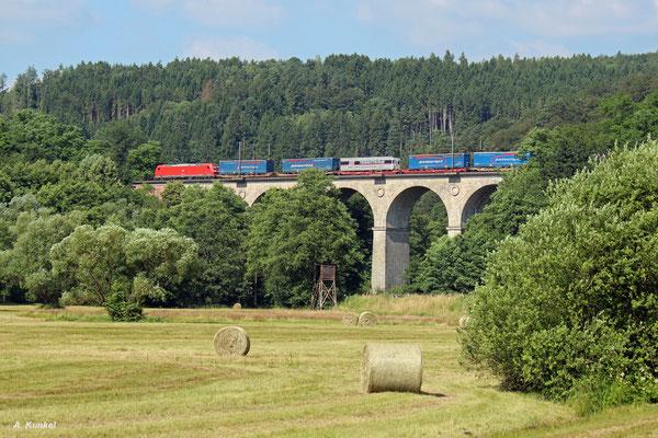 185 199 mit einem Terratrans- / Paneuropa-KLV-Zug am 07. Juli 2016 bei der Überquerung des Sinngrunds in Obersinn.