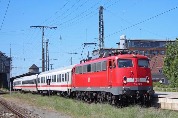 115 293 am 20. Juli 2016 in Bremen Hbf mit einem PbZ, bei dem zwischen zwei ehemaligen Interregiowagen der ICE-Mittelwagen 802 638 überführt wird.