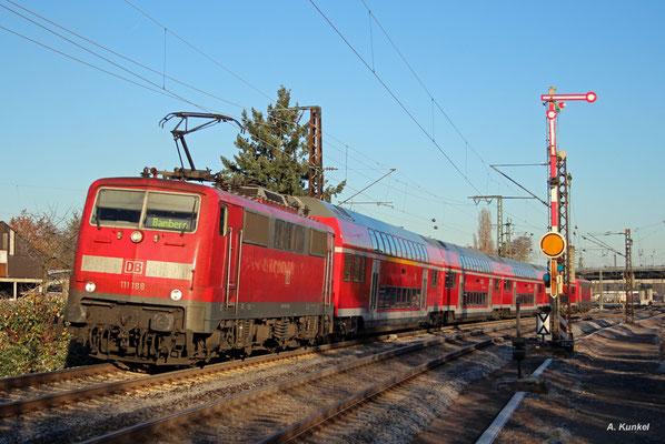 """Auf """"Halt"""" dürften die Signale für die Baureihe 111 in absehbarer Zeit auf Dauer stehen. Unbeeindruckt davon beschleunigen 111 188 und ihre Schwester am Zugende am Morgen des 03. Dezember 2016 ihren RE nach Bamberg aus dem Hanauer Hauptbahnhof."""
