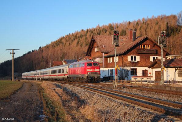Der IC 2085 erreicht am 2. Januar 2020 mit 218 824 den Bahnhof Altstädten, wo der Zug von einem halben Dutzend Fotografen erwartet wird. Nur einen kleinen Augenblick später wird die Sonne hinter dem Berg verschwinden...
