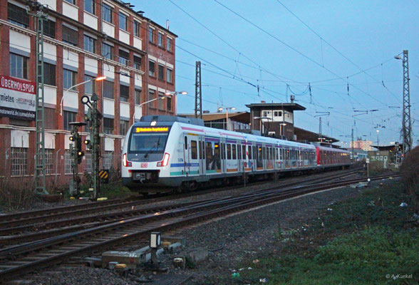 """430 160 """"Gateway Gardens"""" verlässt am späten Nachmittag des 29. Dezember 2019 als S8 den Bahnhof Rüsselsheim."""