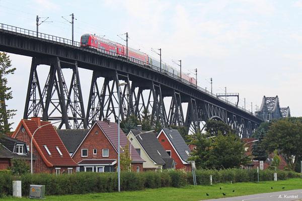 RE 21073 poltert am 22. September 2017 mit seiner Zuglok 112 157 über die Stahlkonstruktion und wird gleich in 42 Metern Höhe den Nord-Ostsee-Kanal überqueren.