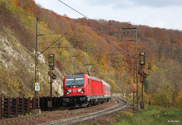Neu und alt vereint... 147 014 zieht ihre aus n-Wagen gebildete RB 19250 nach Stuttgart am 21. Oktober 2017 die Geisinger Steige hinab.