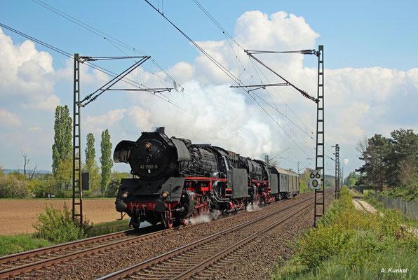 41 1150 und 01 180 sind am 27. April 2017 unterwegs ins Eisenbahnmuseum Bochum-Dahlhausen. Auf ihrem Weg liegt auch Babenhausen.