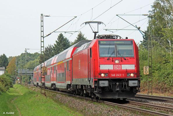 146 243 hat mit RE 4613 wenige Minuten Verspätung, als sie am 30. August 2017 Hanau-Wilhelmsbad durchfährt. Nächster Halt: Hanau West.