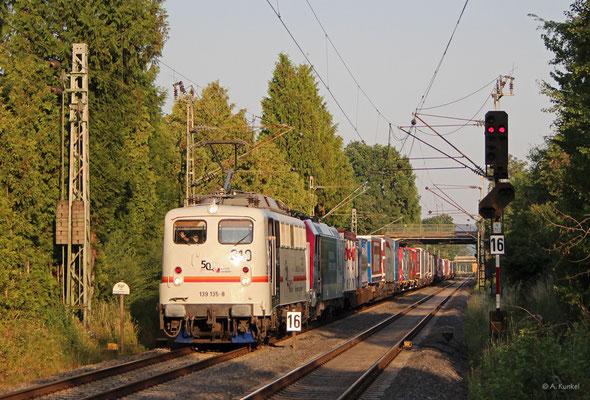 Die 139 135 wurde zum 50. Geburtstag von kombiverkehr in Anlehnung an das Design der esten RoLa-Liegewagen gestaltet. Auf der Präsentationsfahrt durch Deutschland gemeinsam mit 185 665 kommt die Lok am 30. Juni 2019 durch Großkrotzenburg.