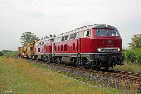 Am 26. Juli 2019 überführen 215 017 und 218 455 der EfW Baufahrzeuge - dabei befahren sie auch die Odenwaldbahn, hier bei Hainburg.