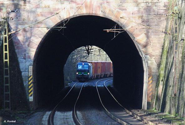 """""""Tunnelblick"""": Etwa ein halbes Jahr lang ist 193 202 bei ELL im Einsatz. Am 08. Januar 2016 wird die Lok auf dem Weg in den Süden gleich in den Brandensteintunnel bei Elm einfahren."""