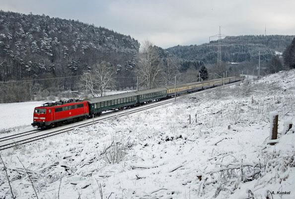 111 038 bringt mit dem alle zwei Tage verkehrenden Sonderzug Flüchtlinge Richtung Norddeutschland. Allerdings ist der Zug am 18. Januar 2016 nur sehr spärlich besetzt, als er südlich von Heigenbrücken im Spessart unterwegs ist.