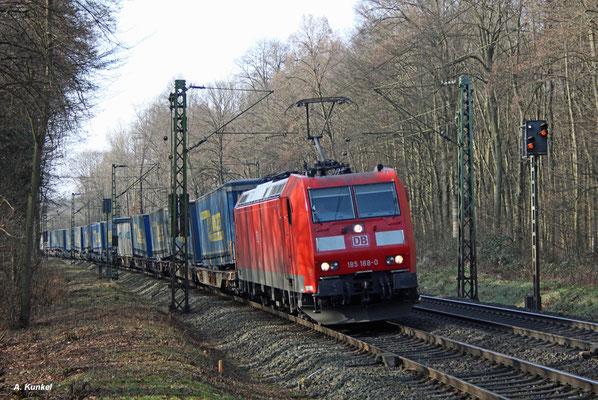 185 188 hat einen Lkw-Walter-Zug am Haken, als sie am 09. Februar 2017 Hanau-Wilhelmsbad durchfährt.