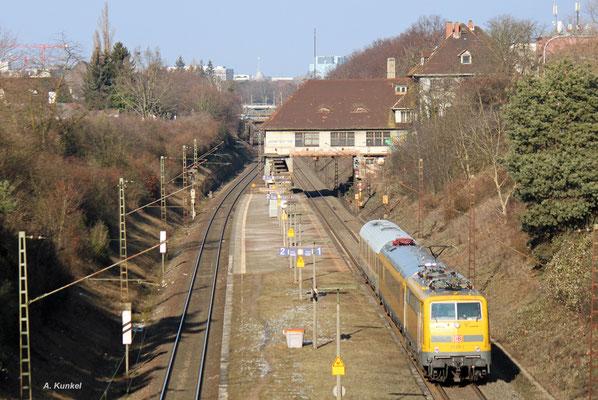 111 059 schiebt am 26. Januar 2017 NbZ 94333 von Mannheim nach Frankfurt, nachdem der Messzug einige Fahrten in Süddeutschland absolviert hat. Auf ihrem Weg liegt auch Darmstadt Süd.