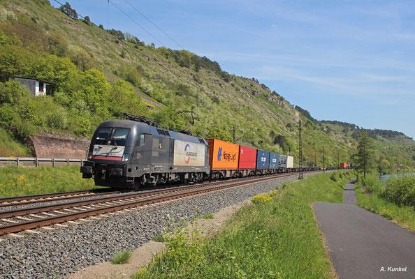 ES 64 U2-071 ist für den Einsatz bis an den Bosporus ausgestattet. Am 06. Mai 2016 befährt die Lok jedoch das heimische Maintal und bringt bei Karlstadt einen Containerzug gen Norden.