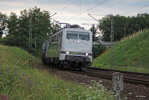 Die 111 215 der Railadventure überführt am 16. Juni 2019 einen SBB-Doppelstock-Triebzug nach Basel. Mit reichlich Verspätung kommt der Zug durch Hanau Rauschwald.