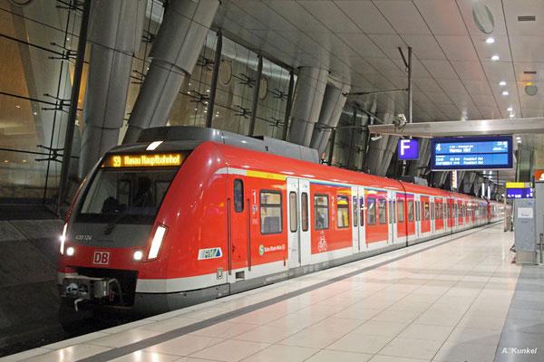 430 124 ist am Abend des 17. Mai 2017 als S9 nach Hanau unterwegs. Der Zug verkehrt an diesem Tag über Flughafen Fernbahnhof.