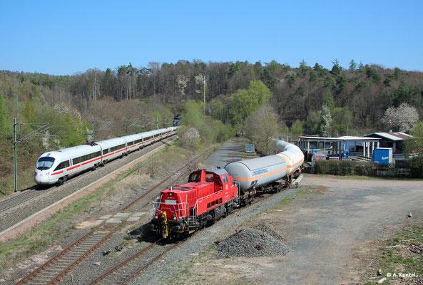 261 031 bedient am 16. April 2019 den Anschluss des lokalen Gashändlers, während 411 028/528 nebenan in den Schlüchterner Tunnel verschwindet.