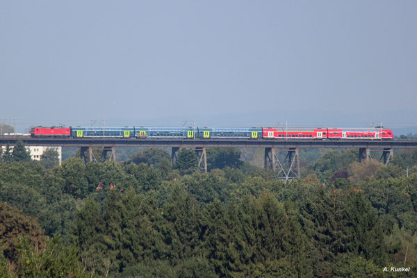 RE 21069 hinter 112 144 rollt am 22. September 2017 auf die Rendsburger Hochbrücke.