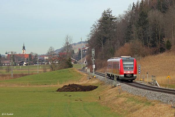 612 590 fährt am 3. Januar unter der Zugnummer 3386 nach Oberstdorf. Er erreicht gleich Altstädten.