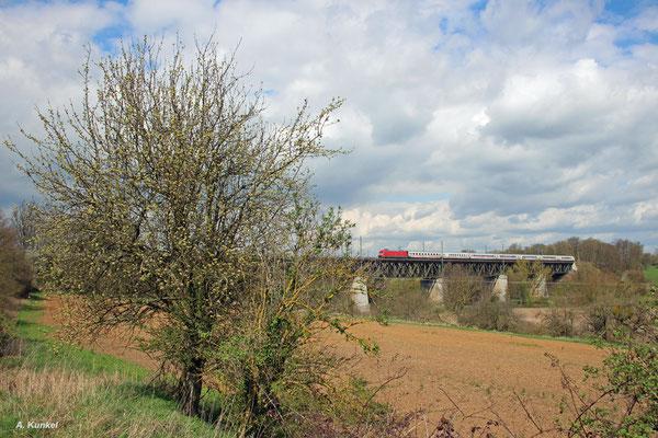 Wegen Bauarbeiten werden an diesem Tag (08. April 2016) wie auch an den Tagen zuvor mehrere Züge über die Strecke Friedberg - Hanau umgeleitet. So auch IC 2279 nach Karlsruhe, der hier gerade mit 101 130 das Assenheimer Viadukt überquert.