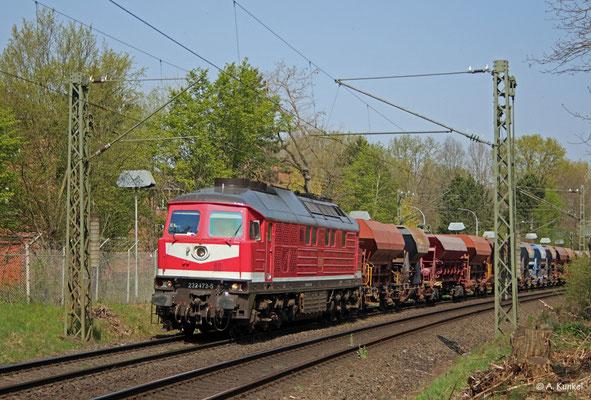 232 173 von Triangula-Logistik ist am 9. April 2020 mit einem Schotterzug unterwegs. Gleich wird Großkrotzenburg erreicht, wo der Zug Kopf machen muss.