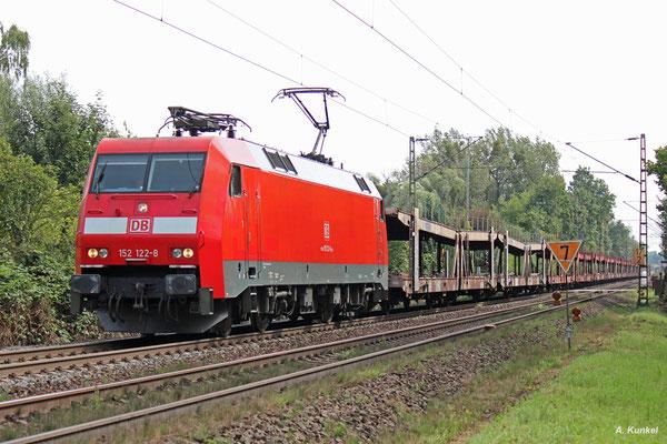 152 122 zieht am 30. August 2017 eine lange reihe leerer Autotransportwagen durch Hanau-Wilhelmsbad.