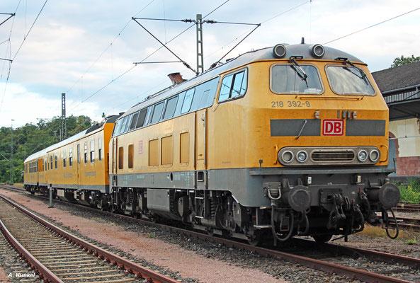 DB Netz wartet mit 218 392 am 19. August 2017 in Wiesbaden Hbf auf die nächste Messfahrt.