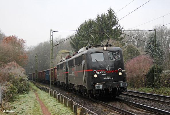Für den Erfurter Bahnservice fahren 140 789 und 140 772. Am 02. Dezember 2017 bringen sie gemeinsam bei Hanau einen Rübenzug gen Osten.