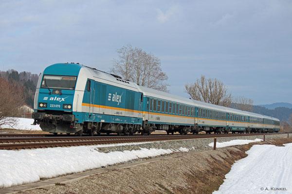 223 070 bringt am 02. März 2019 ALX 84110 nach Lindau (hier bei Trieblings). Da der Zugteil nach Oberstdorf wegen Personalmangel nicht dorthin verkehren konnte, besteht der Alex nach Lindau Anfang März meist aus sechs Wagen.