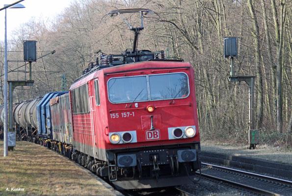 155 157 legt sich am 09. Februar 2017 mit ihrem Güterzug in Hanau-Wilhelmsbad in die Kurve.
