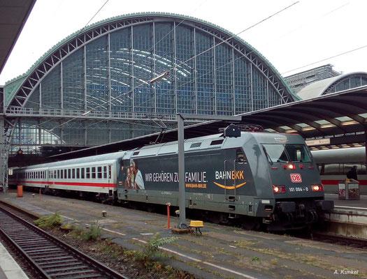101 004 ist eine von zwei Loks der Baureihe 101, die Reklame für die Bahn-BKK trägt. Am 11. November 2016 ist die Lok für IC 1955 nach Leipzig eingeteilt, mit dem sie abfahrbereit in Frankfurt Main Hbf am Bahnsteig steht.