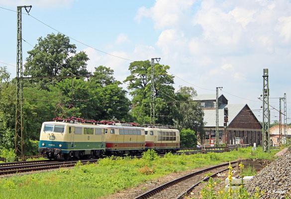 Am 27. Juli 2016 überführt 111 001 aus Koblenz die E03 001 und die 103 235 nach Hannover und am nächsten Tag weiter nach Hamburg, wo E03 001 wieder fahrtüchtig aufgearbeitet werden soll. In Hanau passieren die Loks den Lokschuppen.
