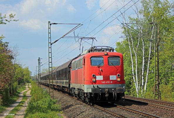 """140 432 der Bayernbahn mit dem """"Henkelzug"""" am 27. April 2017 in Babenhausen."""