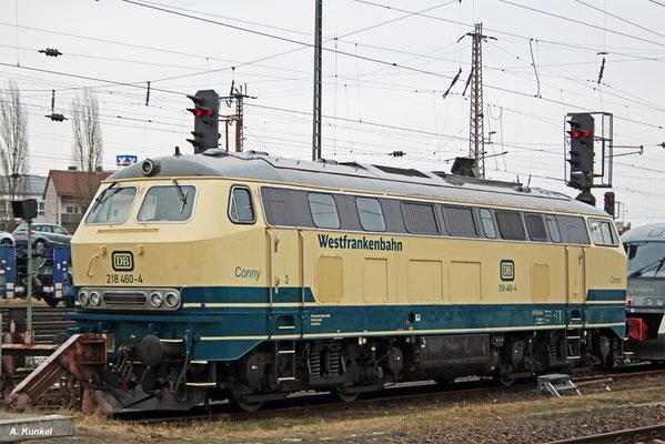 218 460 wurde von der Westfrankenbahn -nach Verkauf der rot-beigen 218 105 an die Nesa-  in der ozeanblau-beigen Farbgebung lackiert. Am 25. Januar 2017 steht die Lok in Aschaffenburg Hbf.