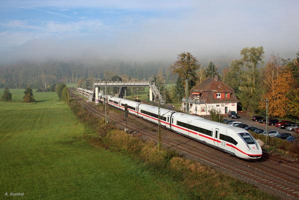 Der ICE4-Triebzug 002 weilte im Herbst 2017 zur Tf-Schulung längere Zeit in Hanau. In diesem Zusammenhang fanden auch Schulungsfahrten über Fulda und Würzburg statt, so auch am 18. Oktober 2017, als der Zug mit dem führenden 412 502 durch Wirtheim rollt.