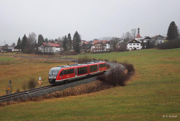 642 713/213 ist am 4. Januar 2020 auf der Außerfernbahn unterwegs. Gerade hat er im strömenden Regen Wertach-Haslach hinter sich gelassen. Man muss schon ein wenig verrückt sein, um sich im kalten Wind bei strömenden Regen aufs Feld zu stellen...