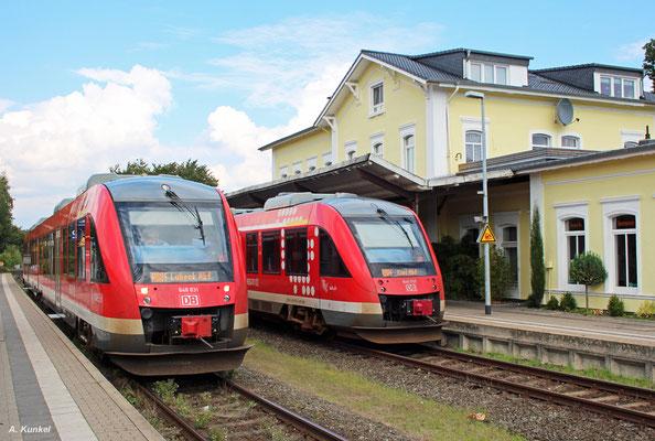 """Am 17. September 2017 treffen sich in Preetz in Schleswig-Holstein 648 831 (RB 21675 nach Lübeck) und 648 955 (RB 21666 nach Kiel). Der Lokführer des 831 nutzt die Zeit der Zugkreuzung, um etwas im """"Eisenbahn Kurier"""" zu stöbern..."""