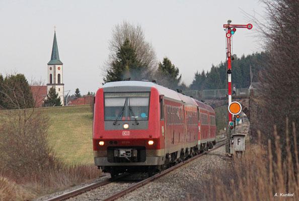 Die beiden Triebwagen 611 014 und 611 006 sind am 31. März 2016 als IRE 3214 unterwegs nach Neustadt im Schwarzwald und haben Löffingen hinter sich gelassen.