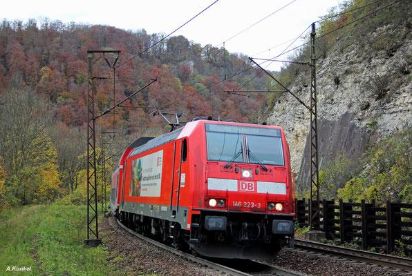 """""""Kein Job wie jeder andere- Triebfahrzeugführer bei der DB"""". Wie recht die 146 223 mit ihrer Werbebotschaft doch hat...Am 21. Oktober 2017 zieht sie IRE 4223 bei Geislingen."""