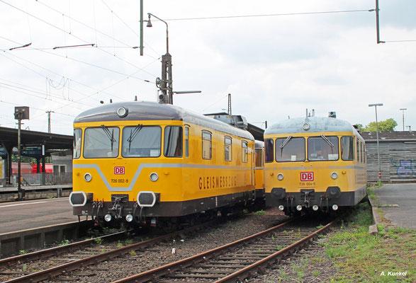 726 002 und 004 stehen am 17. Juli jeweils mit Beiwagen in Hanau abgestellt.
