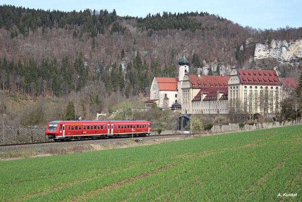 IRE 3208 hat am 31. März 2016 den Halt in Beuron mit seinem Benediktinerkloster hinter sich gelassen. Der Triebwagen ist auf dem Weg nach Neustadt im Schwarzwald.