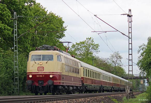 103 113 ist am 27. April 2019 in Großkrotzenburg mit einem TEE nach Miltenberg unterwegs. In Aschaffenburg wird 218 460 den Zug übernehmen.